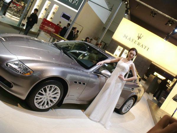 谁说美女不喜欢车?女人看北京车展美女记录_四大全程白描图图片