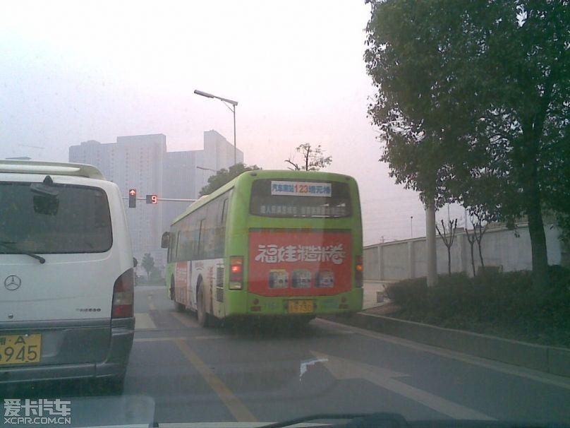 效果没:)交专用道上无视人行道红绿灯,直接擂过去的一张照片.高清图片
