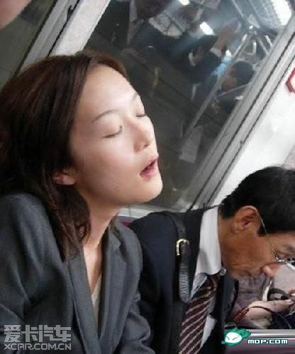 美女睡觉地铁美女美女上床美女睡着了