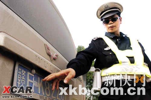 拦截他人�y.���K�_收费站附近一辆车牌号为赣日k822×的江西五菱荣光小客车被交警拦截