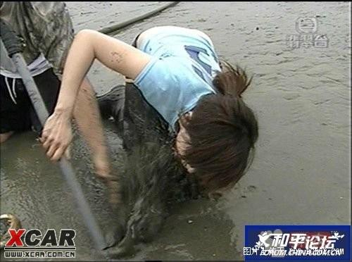 美女在水中摸到什么东西