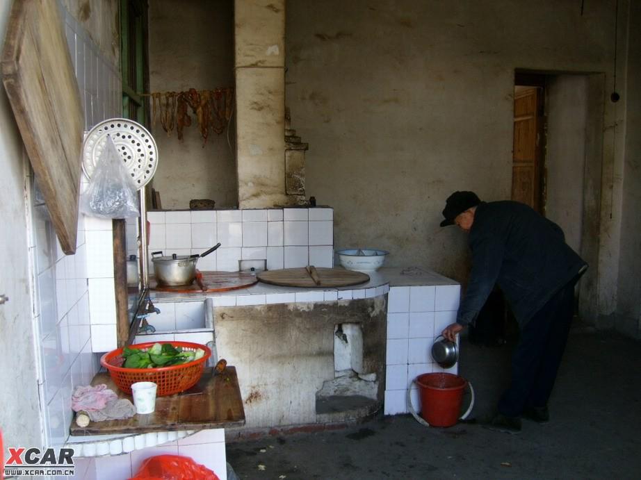 江湾人家里的厨房,烧柴火的灶台图片