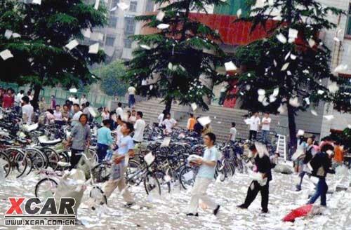 你也经历过吗?――中国高考生撕书发泄