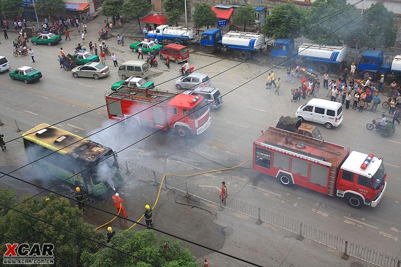 大营路公交车燃烧照片