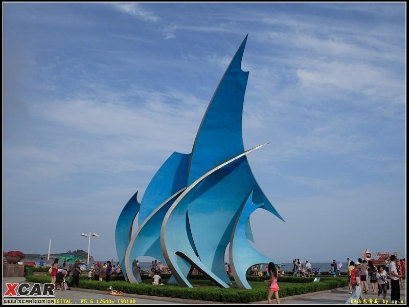 石老人海滩上风帆的雕塑,下面是穿着泳衣周围走的人. 没办法啊.