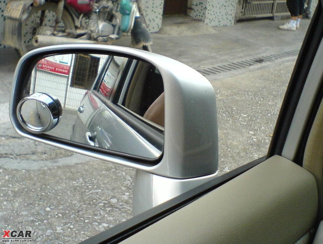 请教,小圆镜究竟应该粘在后视