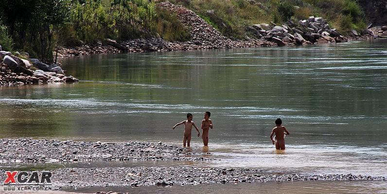 河边,农村的孩子在河边戏水