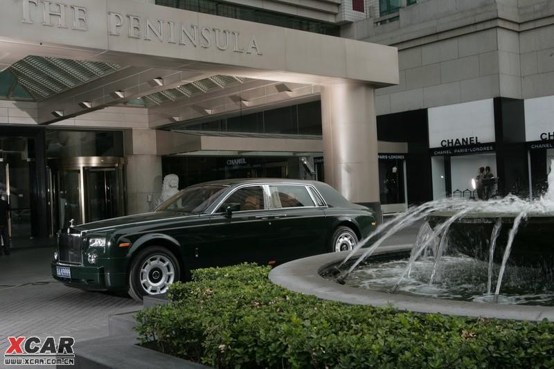 王府半岛酒店 两辆劳斯莱斯幻影和十辆宝马7系轿车整装待发!
