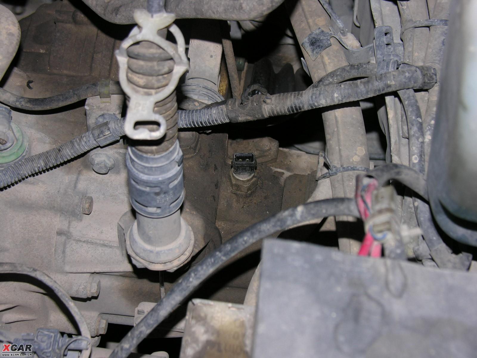 拔下倒车灯开关的接线接头