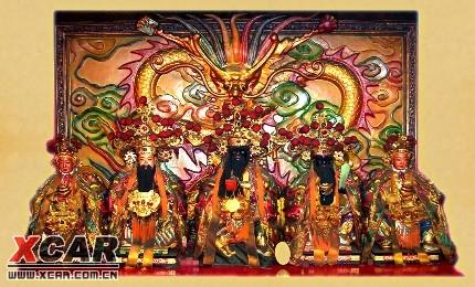 一些店铺供上红袍官冠手托元宝的财神爷(比干)像燃灯焚香,置摆供品
