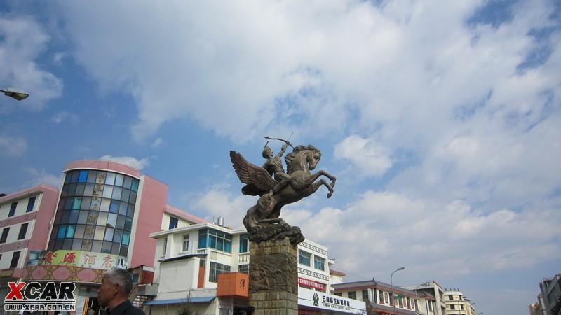 在宁蒗县城见到的雕塑:(一个彝族同胞骑着飞马射箭吧)