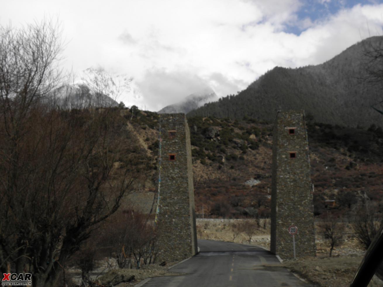 房子外形和藏族的很象, 只是他们的是全木结构的, 而藏族的房子是石木