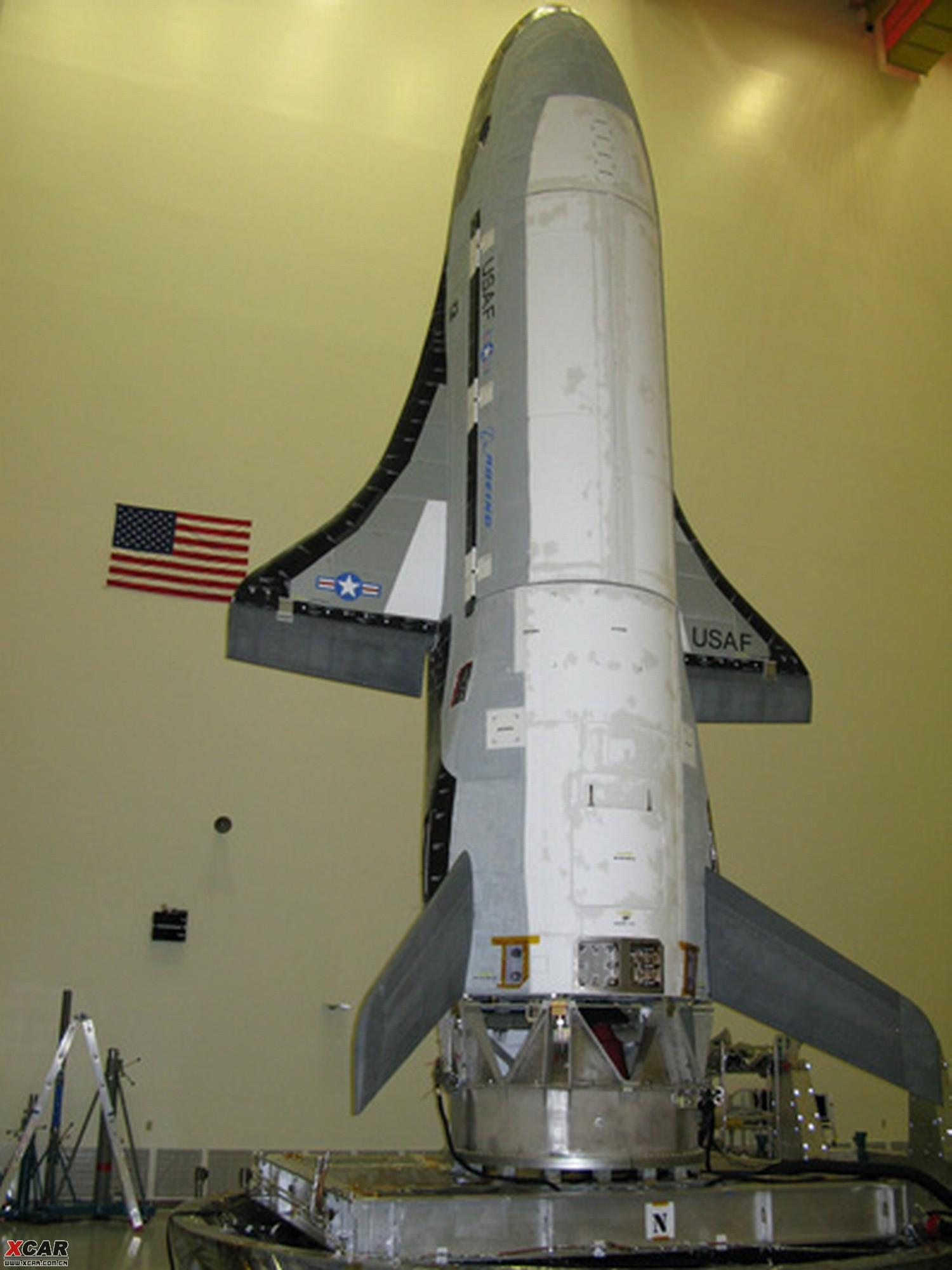 美国空军花费10年研制的全新太空战机----X-37B即将于本月19日首次试飞。这种外形和功能都酷似小型航天飞机的战机将通过火箭送入轨道环绕地球飞行,然后在以滑翔方式返回地面。据悉,该机将从佛罗里达卡纳维拉尔角升空,并且在加利福尼亚州着陆。   美联社报道,配有两个垂直尾翼的X-37B由美国波音公司负责生产,其总重只有5吨多,长度不到10米,高3米,翼展5米左右。该机由阿特拉斯火箭送入轨道,并通过自身携带的太阳能电池板制造需要的电能。X-37B可承担侦察、导航、控制、红外探测,并且在完成任务后自动返