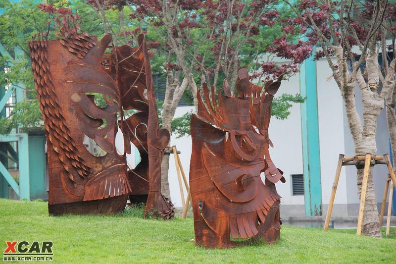 宝钢大舞台前的铁皮雕塑