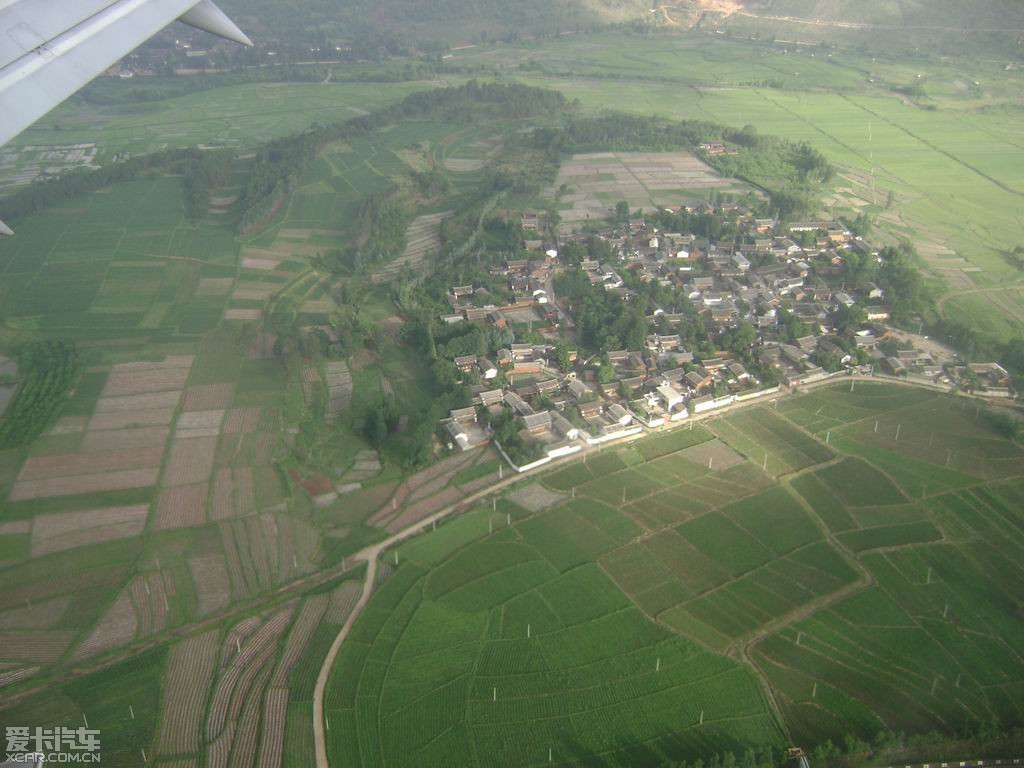 从飞机舷窗拍下去,可以看到高原上的村庄,昆明到丽江的飞机很多,每