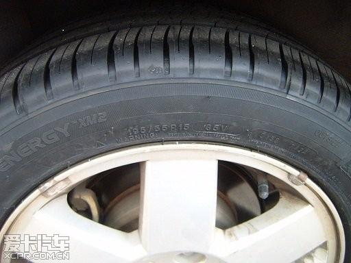 轮胎花纹比锦湖的简单,不容易夹杂小石子.胎侧摸了感觉比锦湖的厚.
