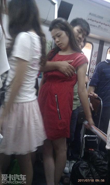 太霸道了,地铁一男子当众摸女子乳房!_北京汽