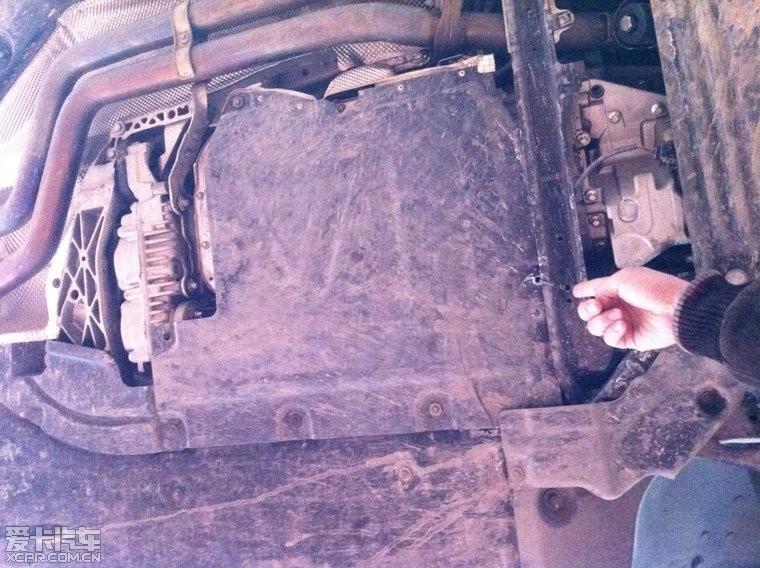 在第一次维修的时候,车子底板装甲全部换为了其他车型的破旧装甲拼接
