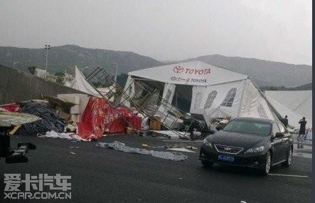 温州狂风暴雨把明天丰田城市赛道日 的帐篷 吹高清图片