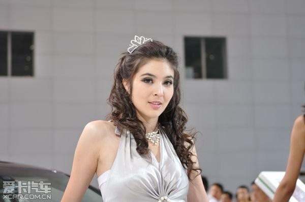 比较下新疆车展上的模特高清图片