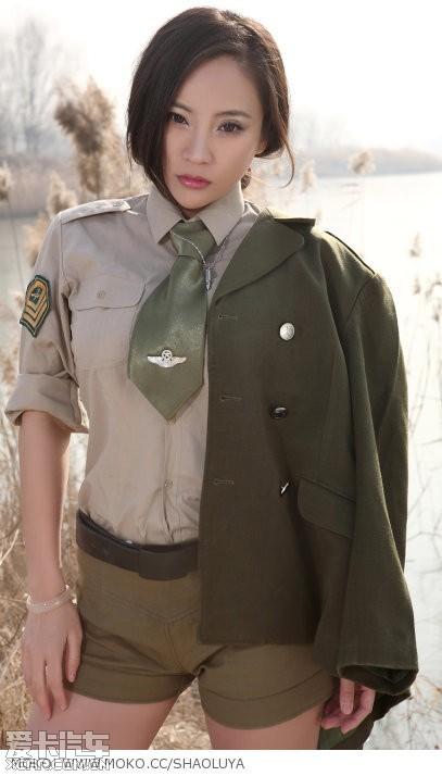 军装美女性感出镜