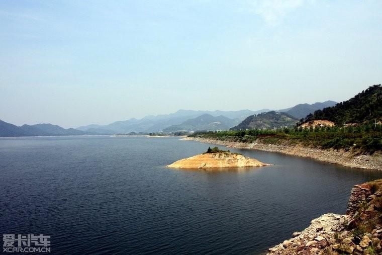 进入淳安县城(千岛湖镇)之前拍到的湖面,水真的很蓝!