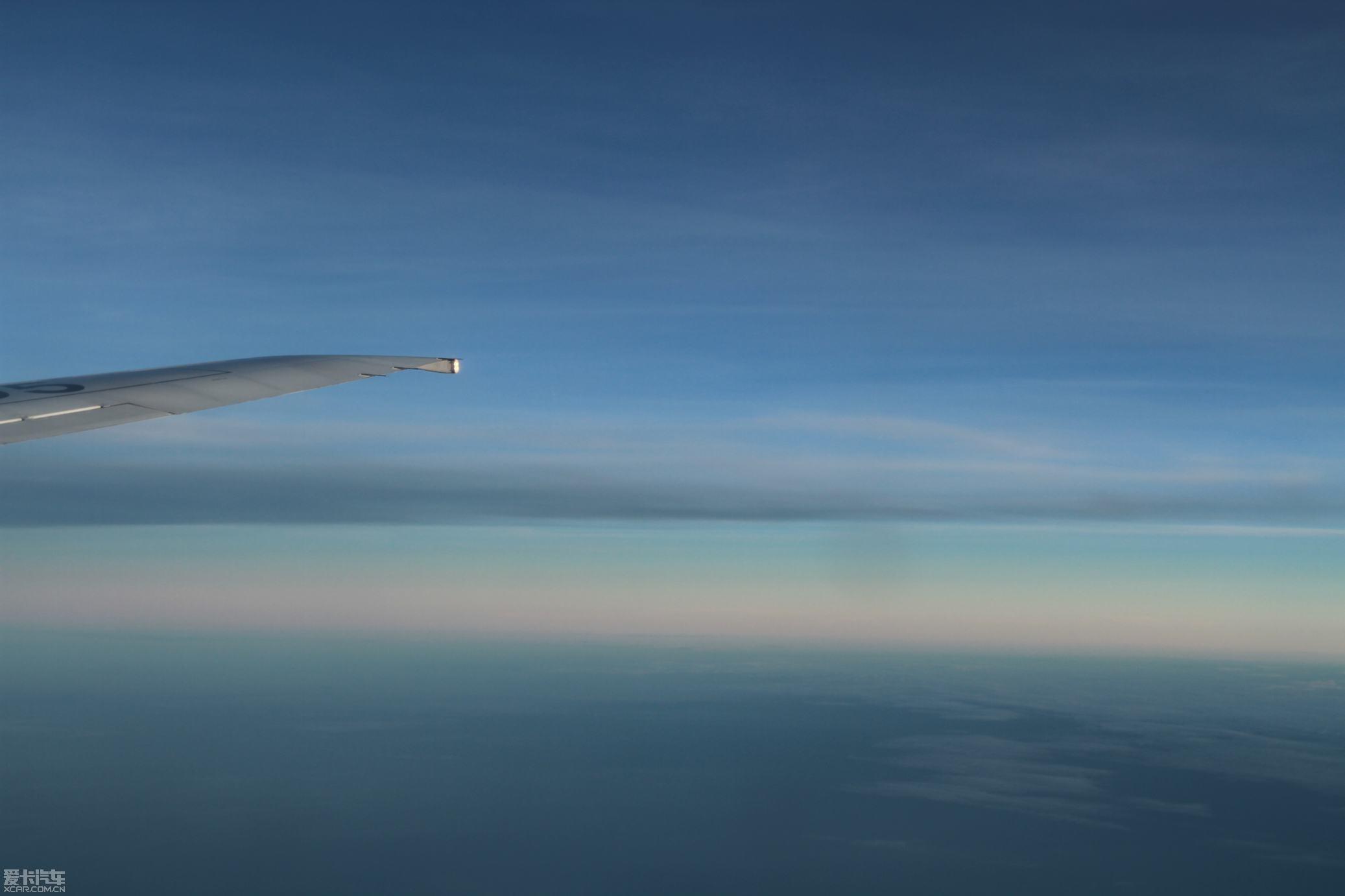 我迅速觉察到,我们的飞机正在逆向(与地球自转方向相反)飞越晨昏线,也