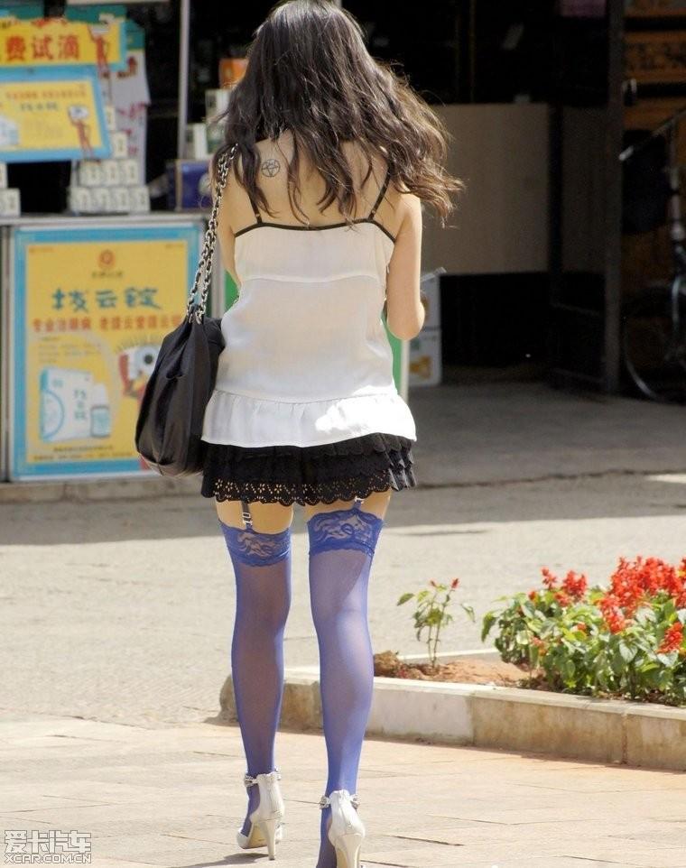 街拍吊带蓝丝妹纸