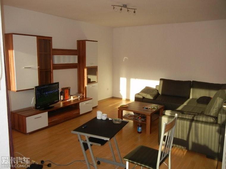 這是客廳.由于租的房子,簡陋了點.