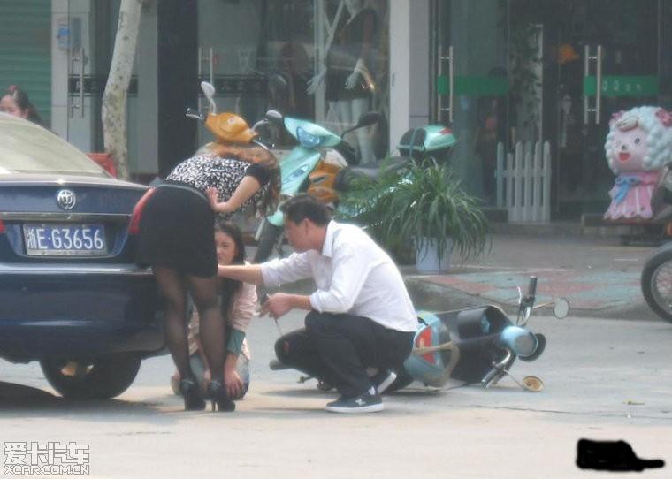 女生骑电动车撞上女孩,无汽车,女孩让司机下跪哭大碍自拍图片图片