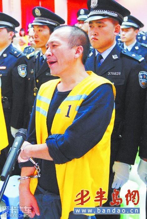 青岛黑老大受审被判20年 冷笑领刑
