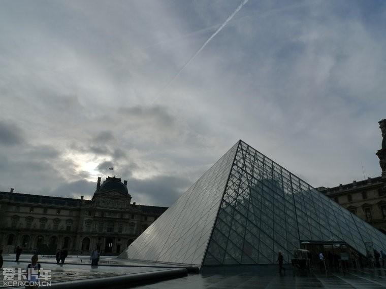 前面就是玻璃金字塔