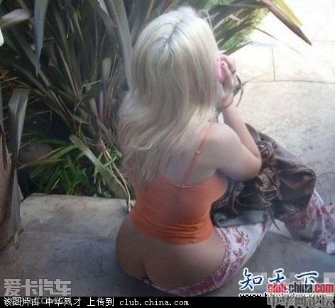 国外街头随拍:美女们原来都不喜欢穿内裤哈!
