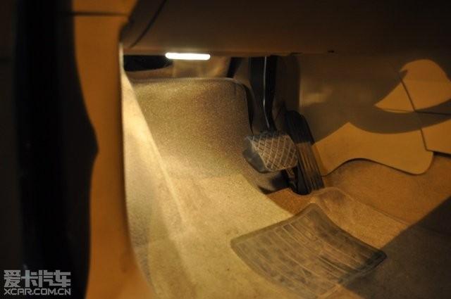 灯走线直接走门槛压条,驾驶员侧的和右后脚窝灯从仪表台下面高清图片