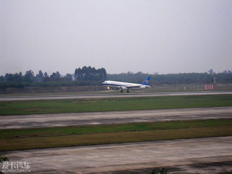 双流机场第二跑道飞机降落照片