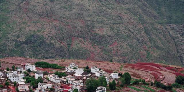 冬瓜湾村落霞沟里的红土画图