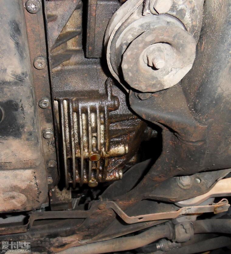 升起底盘一看,晕哦,右半轴油封漏油,好像还有点严重,好在工时不贵