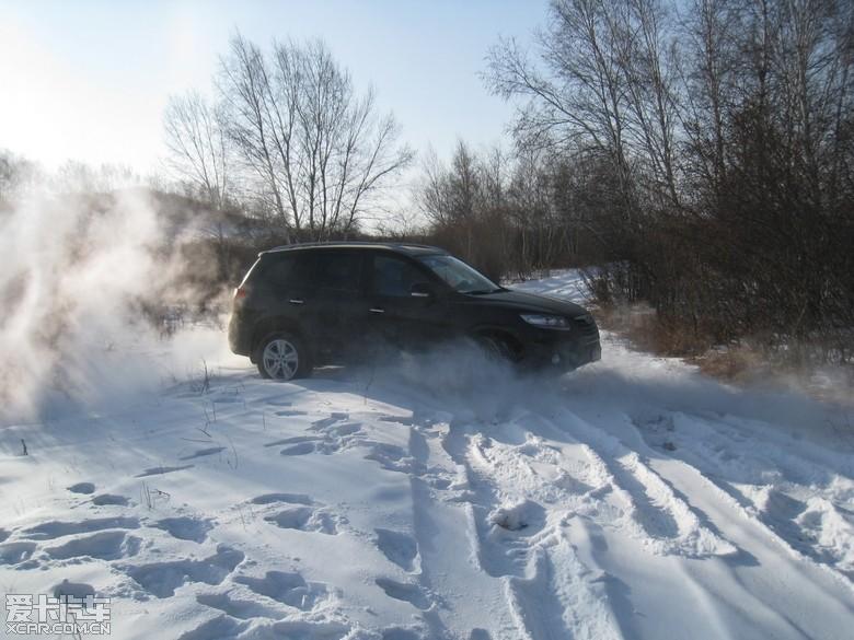此路不通,掉头,车在雪中挣扎着转身.