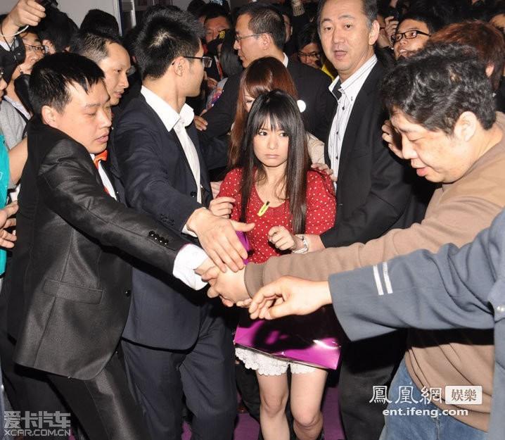 日本多位女老师访问上海引起轰动 现场混乱一