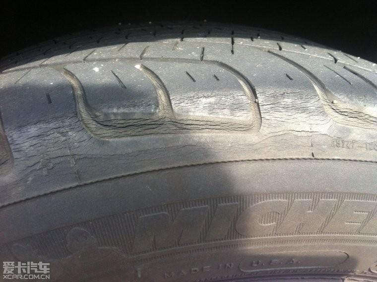 轮胎上有小裂纹,呈龟裂状