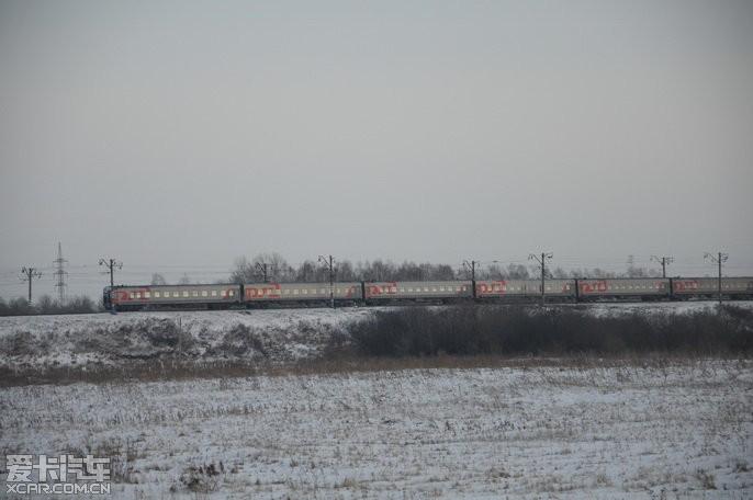 卜丁/贴着跨西伯利亚铁路开了那么多天了,这好像是第一次见到客车。