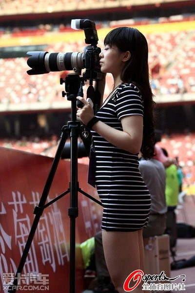 实拍中国最敢露的齐13体育记者工作美女摄影篮球场夜晚图片
