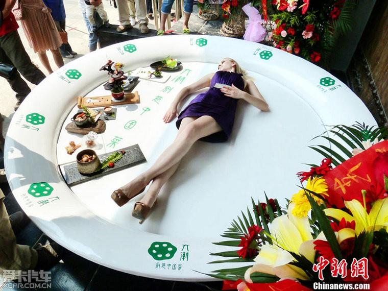 美女盘中作秀成风潮 南京街头上演行为艺术