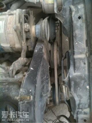 桑塔纳2000靠近散热风扇的皮带是 引擎盖废高清图片