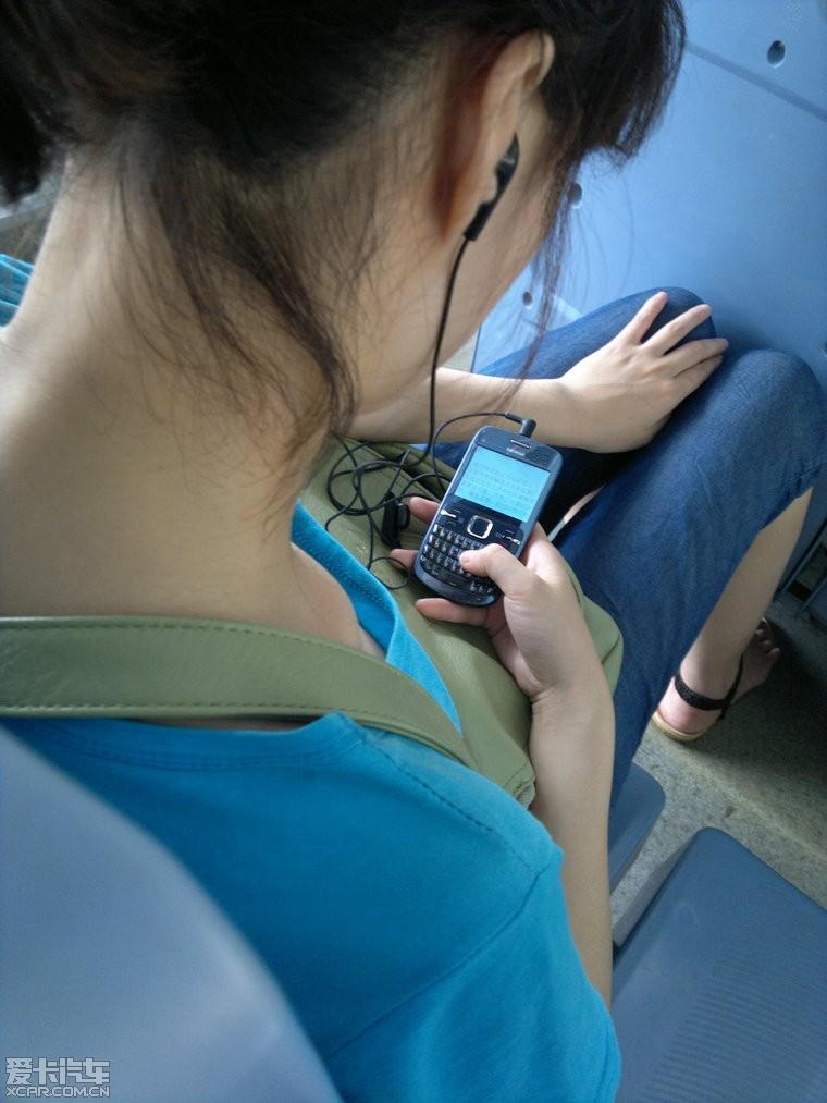 坐公交 发现小美女在看黄书
