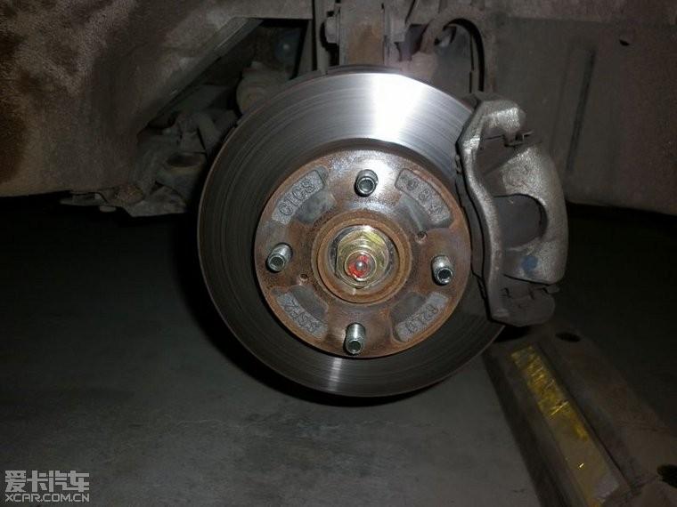 自己动手更换刹车片并喷红卡钳