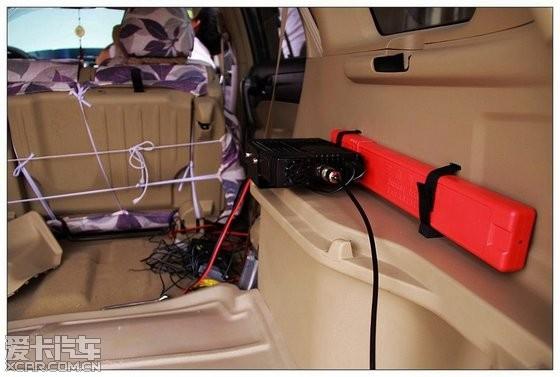 本人2012年1月份买的车台ICOM2720,在家差不多用半年了,基本的应用也掌握了点,昨天趁着休息,酝酿了好久的车台安装,总算顺利完成。 一、设备 1、ICOM2720车台,行货绿标价格:2530元。 2、天线,名古屋NL-R2猪尾巴天线,黑色的,较短,38.5CM,价格75元。 3、吸盘:名古屋RB-MJPR,价格75元。 4、音箱:两个喇叭,价格240元。 5、面板及手咪延长线都是5M,35元。 6、无安装费。 合计:2955元。