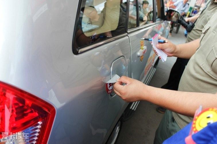 汽车出现油壶滴油标志-找茬第六条,既然是测油耗,那么势必要每台参与的车辆都以近似的速高清图片