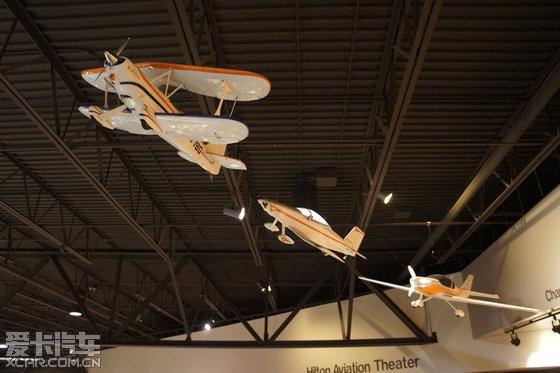 吊挂着很多各个时期的飞机