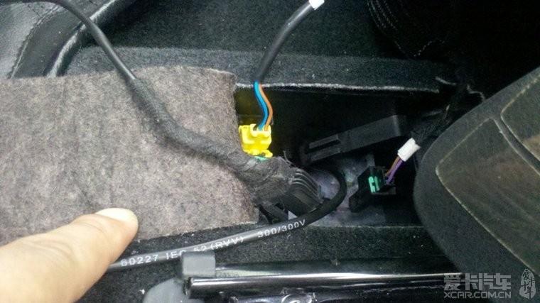 线沿着门槛饰板走从座椅下气囊和安全带报警线接口处出来图片
